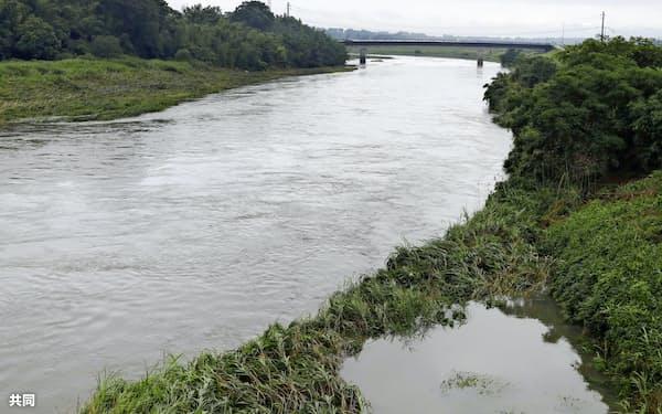 激しい雨で増水した宮崎県都城市の大淀川(2日午前)=共同