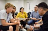 キリンの担当者と議論する留学生(3日、仙台市)
