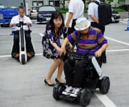 高齢者らは電動車いすなどに試乗し、使い勝手を確認していた(3日、東京都千代田区の経済産業省)