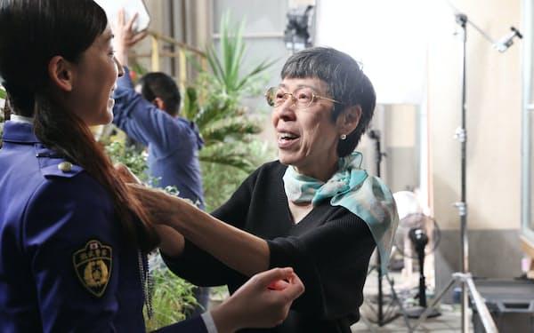 女優の麻生久美子さんの衣装に手を入れる西ゆり子さん