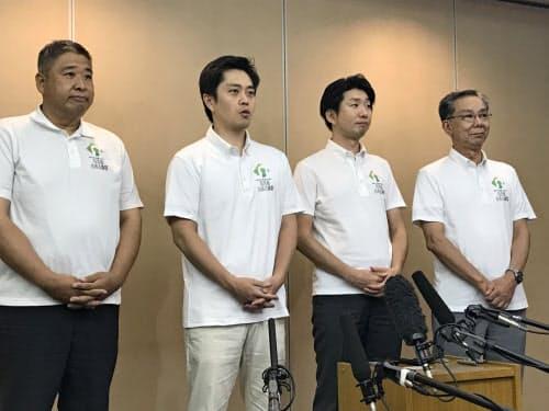 世界遺産委にむけ意気込みを語る吉村知事(左から2番目)(3日、関西国際空港)