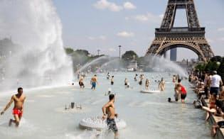 欧州を熱波が襲い、フランスでは史上最高気温を記録した(6月25日、パリ)=ロイター