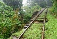 大雨の影響でレール下の土が流失したJR吉都線=2日、宮崎県小林市(JR九州提供)=共同