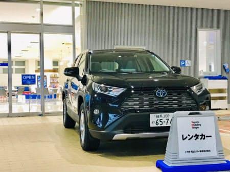 試乗車を顧客に貸し出して新車需要を底上げする(東京都新宿区にあるトヨタモビリティ東京販売店)