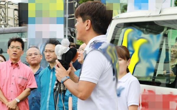 出陣式で聴衆に政策を訴える候補者(4日午前、沖縄県浦添市)=一部画像処理しています