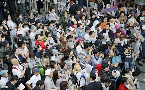 参院選が公示され、街頭演説に集まった有権者ら(4日午前、東京都新宿区)=共同