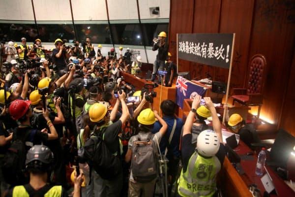 立法会の議場はデモ隊により一時占拠された(7月1日、香港)
