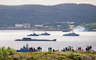ロシア海軍の艦艇と潜水艦(2016年、セベロモルスク港)=ロイター