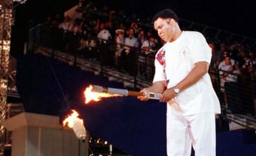 アトランタ五輪の開会式で聖火を点灯するモハメド・アリ=ロイター