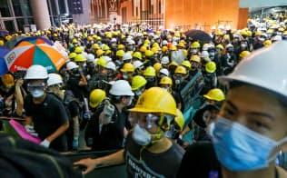 立法会の建物に突入したデモ隊はマスクで顔を隠していた=ロイター