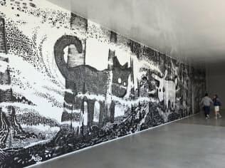 展示室の壁に描かれた「森」(2019年)