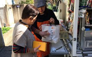 とくし丸では回収した紙袋をプラ製レジ袋の代わりに使ってもらう取り組みを始めた