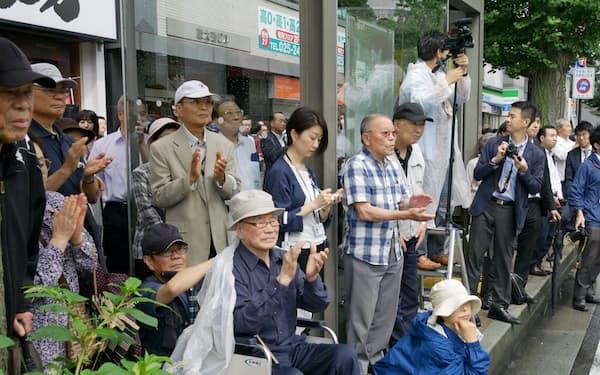 候補者の演説に耳を傾ける有権者(4日、新潟市)