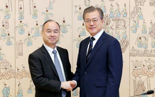 文在寅大統領と握手する孫正義ソフトバンクグループ会長兼社長=韓国大統領府提供
