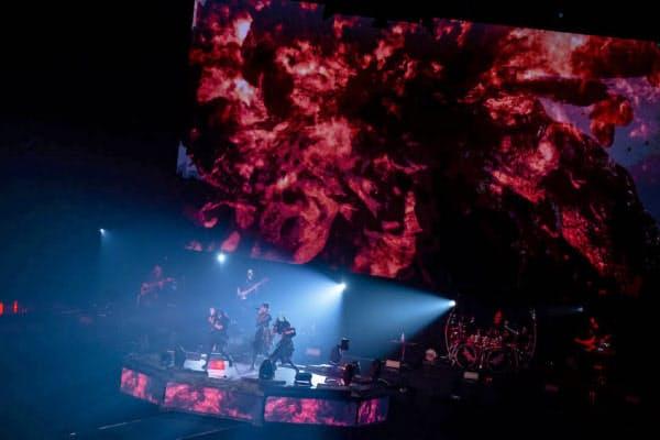 バックの「神バンド」の演奏と3人の歌と踊りが絶妙に溶け合う=TAKU FUJII撮影