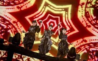 サポートダンサー(左)を加えた3人で楽曲を披露した=TAKU FUJII撮影