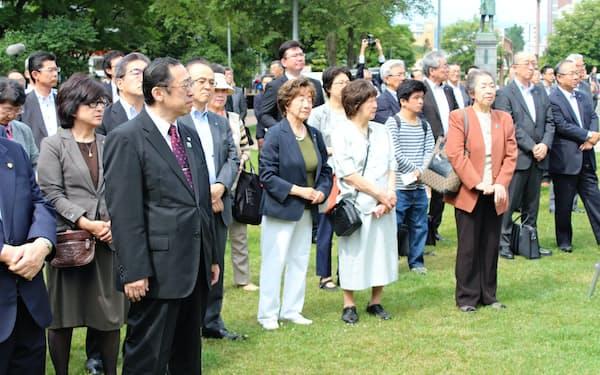 立候補者の第一声を聞こうと多くの聴衆が集まった(札幌市)