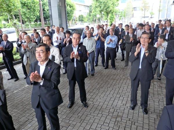 候補者の第一声を聞き、拍手を送る(4日、長野市)