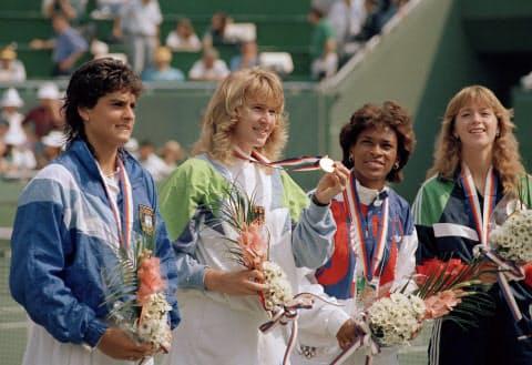 ソウル五輪のテニス女子シングルスを制し、ゴールデンスラムを達成したグラフ(左から2人目)=AP