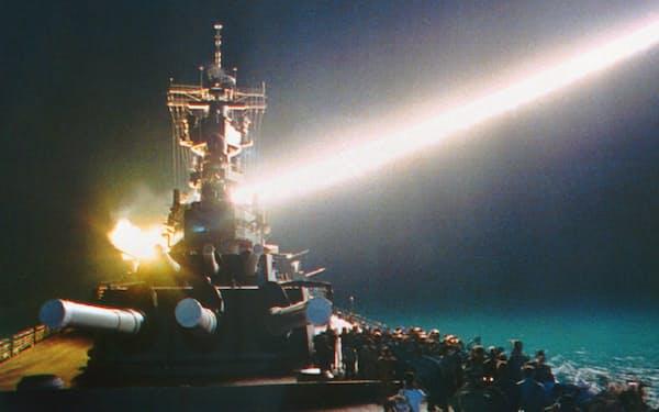 ペルシャ湾からイラクの目標に向け、トマホークを発射する瞬間を見守る米海軍のウィスコンシン乗組員。巡航ミサイルトマホークが実戦で使われたのは初めて=1991年1月18日未明(ロイター・共同)