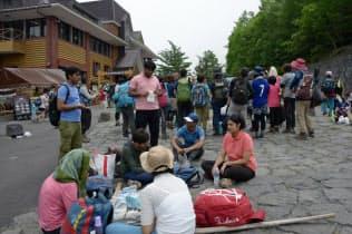 富士山には多くの外国人が訪れるようになっている(2018年7月、吉田口5合目)
