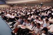 大学入試センターが開いた大学入学共通テストの説明会に参加する高校関係者ら(4日、東京都世田谷区)