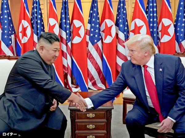米朝首脳は実務者協議の再開で合意した(6月30日、板門店)=ロイター