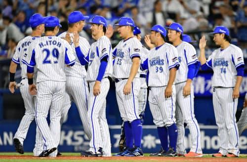 阪神に勝利し、タッチを交わし喜ぶDeNAナイン(4日、横浜)=共同
