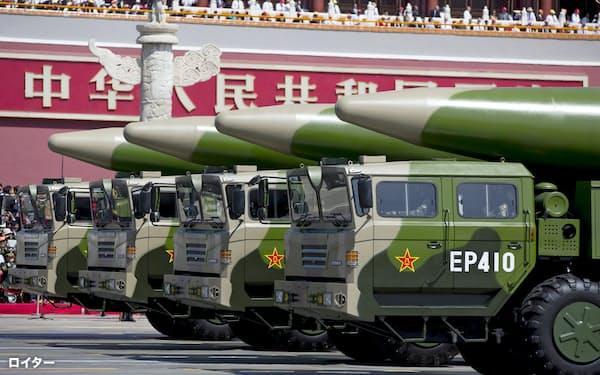 北京で2015年に開かれた式典で登場した中国の弾道ミサイル「東風26」=ロイター