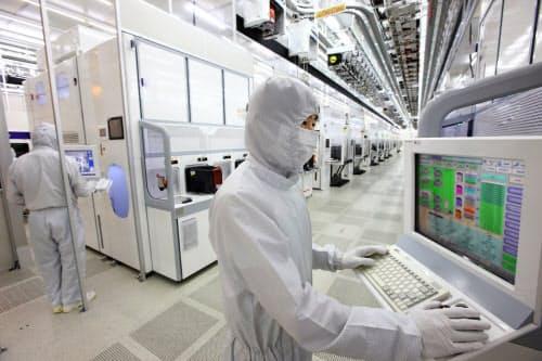 韓国サムスン電子の19年4~6月連結決算は、半導体部門の営業利益が前年同期比7割減ったもよう(ソウル郊外のメモリー工場)