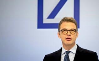 ドイツ銀のゼービングCEOは規制強化が迫る中でリストラ計画の実行を迫られる=AP