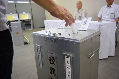 参議院の期日前投票をする有権者(5日午前、名古屋市中区)