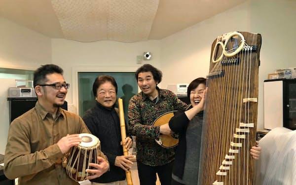 Ayuo(右から2人目)ら「夢枕」のメンバー