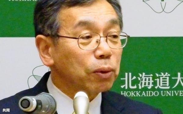 2016年12月、北海道大の学長に選出され、記者会見する名和豊春氏(札幌市)=共同