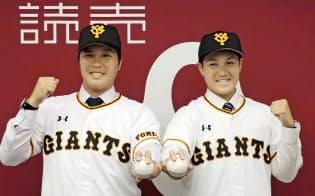 交換トレードで日本ハムから巨人に入団し、記者会見でポーズをとる藤岡(左)と鍵谷=共同