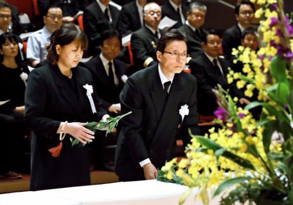 九州北部豪雨から2年を迎え、追悼式で献花する遺族(5日午後、福岡県東峰村)