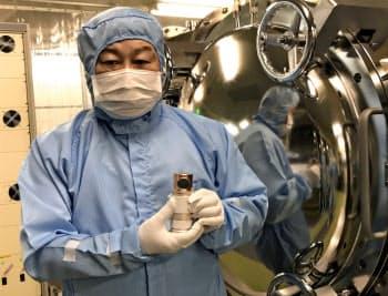 冷陰極X線管を持つ中島社長。CTに組み込む(福島県いわき市の研究所)