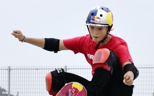 公開練習で技を披露する四十住さくら(5日、鵠沼海浜公園スケートパーク)=共同