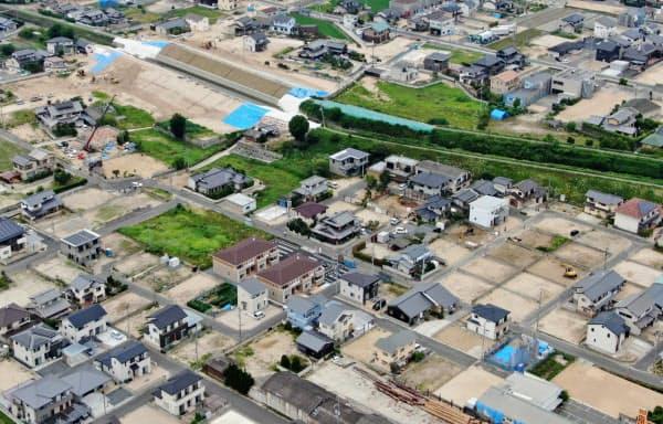 決壊した河川の堤防付近では、住宅街に更地が目立つ(5日午後、岡山県倉敷市真備町地区)