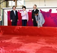 緞帳の製作工程を見学する山形県の吉村美栄子知事ら(山形県山辺町のオリエンタルカーペット)