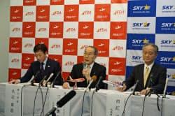 神戸空港就航を発表するフジドリームエアラインズの三輪社長(中、5日、神戸市)