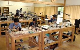 バイオリンの製作に励む学生(宮城県加美町の国立音楽院宮城キャンパス)