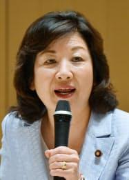 野田聖子(のだ・せいこ)氏 1983年に上智大外国語学部を卒業後、帝国ホテルに入社。93年に衆院議員に初当選し、98年に郵政相で初入閣。自民党総務会長などを歴任した。17年に総務相・女性活躍担当相、18年10月から衆院予算委員長。