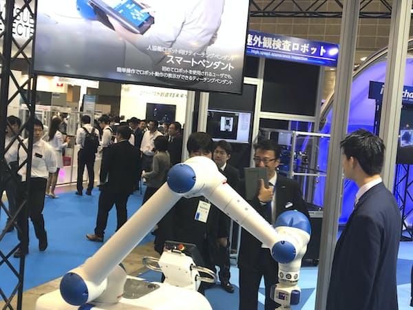 安川電機は産業用ロボットの需要回復期待などで買いを集めた(18年10月の都内展示会)