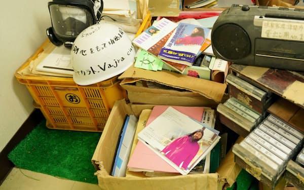 公民館には多数の教団関連資料が残されている(6月、山梨県富士河口湖町)