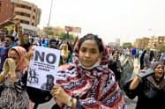 民政移管を軍政に求めるスーダンの市民ら(6月30日、ハルツーム)=ロイター