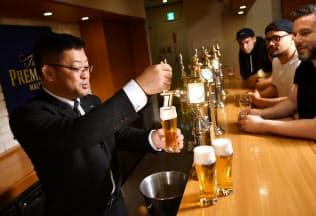 海外の飲食店経営者に「神泡」の注ぎ方を教えるドラフトマスターの大野浩さん=小幡真帆撮影