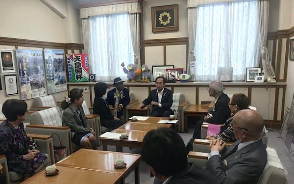 約10人が訪れ、上田清司知事に「大野もとひろ応援団」の応援団長就任を要請した