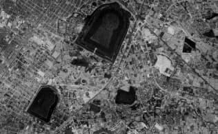 世界文化遺産への登録が決まった百舌鳥古墳群の1960年代の空中写真。写真中央上は大仙古墳(仁徳天皇陵古墳)=国土地理院ウェブサイトから