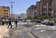 5日、爆発現場を捜査する当局者ら(トルコ南西部ハタイ県)=AP